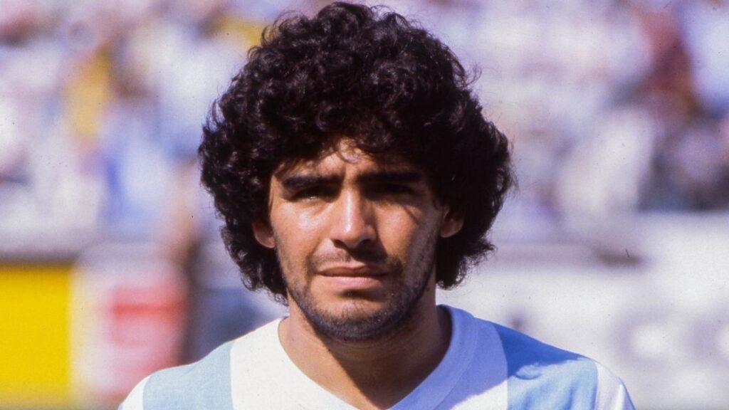 Primo piano di Diego Armando Maradona, un sacco di riccioli neri!